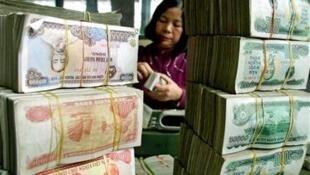 Đếm tiền tại một ngân hàng ở Hà Nội.