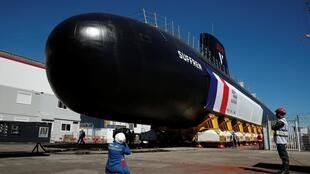 """زیردریایی جدید اتمی چندمنظوره و مخفی فرانسه به نام """"سوفرن""""، ساخت شرکت """"ناوال""""، روز جمعه ٢١ تیر/ ١٢ ژوئیه ٢٠۱٩ ، در بندر """"شربورگ"""" توسط امانوئل ماکرون، رییس جمهوری این کشور افتتاح شد."""