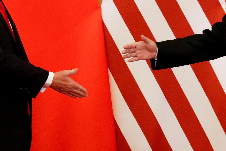 Le président américain Donald Trump et le président chinois Xi Jinping se serrent la main après avoir fait des déclarations conjointes à la Grande Salle du Peuple à Pékin, Chine, le 9 novembre 2017.