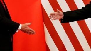 Le président américain Donald Trump et le président chinois Xi Jinping se serrent la main après avoir fait des déclarations conjointes à la Grande salle du peuple à Pékin, en Chine, le 9 novembre 2017. (Archive)