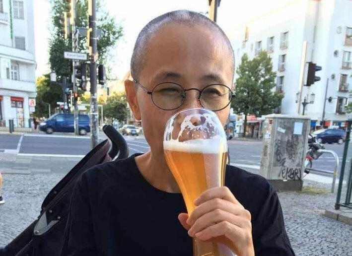 图为网络广传中国流亡作家廖亦武推特上传刘霞柏林饮啤酒照片