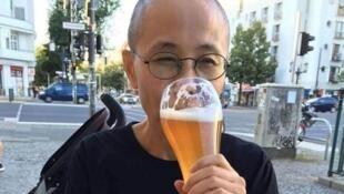 圖為網絡廣傳中國流亡作家廖亦武推特上傳劉霞柏林飲啤酒照片