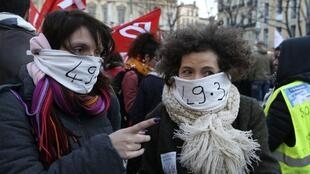Des manifestants se sont rassemblés devant la préfecture de Marseille, lundi 2 mars, pour dénoncer l'utilisation du 49.3, jugé comme un «déni de démocratie».