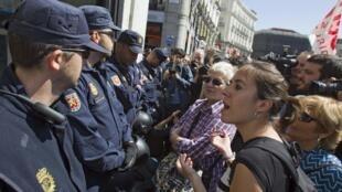 Manifestantes enfrentam a polícia espanhola durante greve geral em Madri em março.