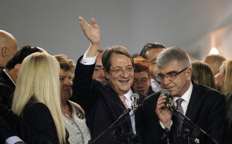 Le nouveau président élu Nicos Anastasiadis salue ses partisans lors d'une cérémonie de proclamation après le second tour de l'élection présidentielle, au Eleftheria Hall de Nicosie à Chypre, le 4 février 2018.