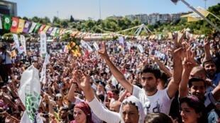 Manifestação da minoria curda em Istambul, uma semana após a tentativa de golpe militar na Turquia.