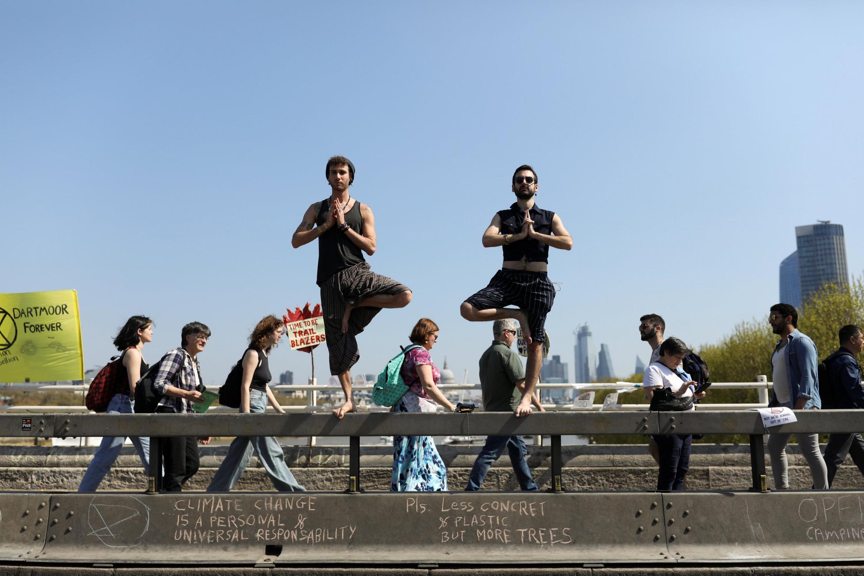 Акция группы Extinction Rebellion («Бунт против вымирания») на мосту Ватерлоо в Лондоне