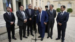 Religiões se unem contra a barbárie: representantes franceses de diversas religiões foram recebidos no dia 27 de julho no Palácio do Eliseu pelo presidente François Hollande.