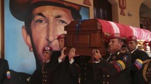 Parade funéraire à Caracas, le 15 mars 2013.