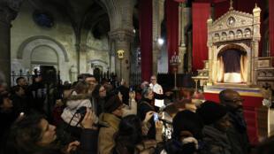 Feligreses admirando la Santa Túnica de Argenteuil, en la Basílica Saint Denys d'Argenteuil, al noroeste de París..