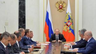俄羅斯總統普京(中)召開安全會議討論克里米亞局勢