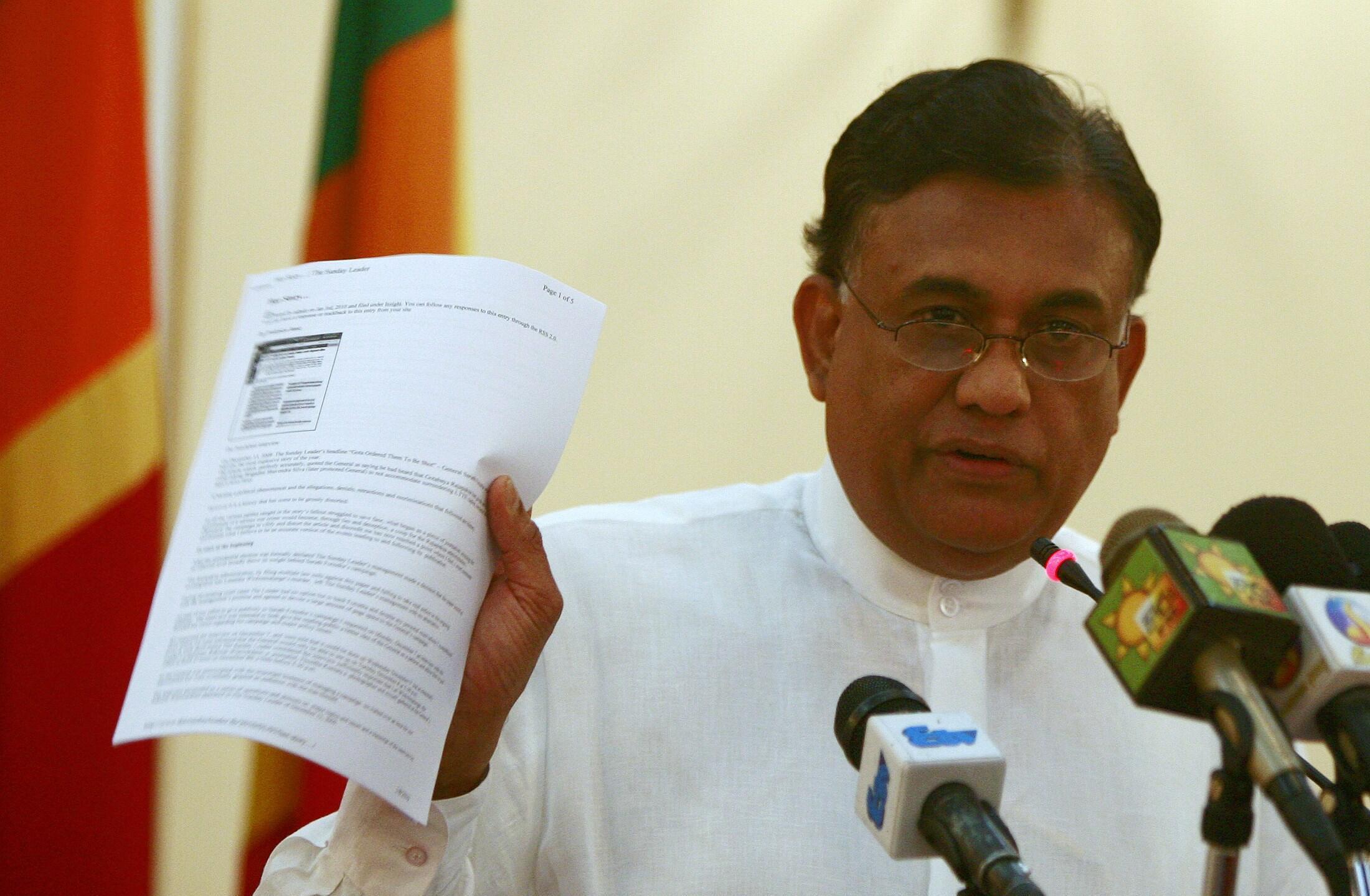 Rohitha Bogollagama, ministre sri-lankais des Affaires étrangères, montre une copie d'un rapport des Nations unies sur la vidéo des présumées éxécutions, lors d'une conférence de presse à Colombo, le 8 janvier 2010.