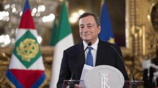 """Mario Draghi a prêté serment samedi après s'être assuré la veille une large majorité parlementaire et avoir présenté son gouvernement, avec comme mission de sortir l'Italie des crises politique et sanitaire.    """"Je jure d'être loyal à la République"""", a déclaré l'ancien président de la Banque centrale européenne (BCE), lors de la cérémonie d'investiture devant le président Sergio Mattarella, retransmise en direct par la télévision depuis le palais présidentiel.    M. Draghi, surnommé """"Super Mario"""" pour son rôle dans la crise de la dette de la zone euro en 2012, se présentera devant le Sénat mercredi, puis jeudi devant la Chambre des députés pour le vote de confiance qui donnera la légitimité définitive à son gouvernement.    L'ex-président de la BCE, qui succède à Giuseppe Conte, contraint à la démission après l'éclatement de sa coalition, a choisi un homme de confiance, Daniele Franco, pour le ministère-clé de l'Economie.    M. Franco, 67 ans, considéré comme l'un des meilleurs experts des finances publiques de la péninsule, a fait l'essentiel de sa carrière au sein de la Banque d'Italie, dont M. Draghi était gouverneur, jusqu'à en devenir le numéro deux début 2020.    Mario Draghi a cependant joué la continuité sur plusieurs autres postes importants: il a ainsi confirmé Luigi Di Maio, haut responsable du Mouvement populiste 5 Etoiles (M5S), au poste de ministre des Affaires étrangères, la technocrate Luciana Lamorgese à celui de ministre de l'Intérieur et Roberto Speranza, du petit parti de gauche LEU, à la Santé.    Le nouveau chef du gouvernement a habilement mêlé technocrates et responsables politiques, choisissant des personnalités compétentes dans tous les partis lui ayant offert leur soutien, sans faire appel cependant aux leaders.       - """"Super-ministère"""" de la Transition écologique -       Il a annoncé également la prochaine création d'un """"super-ministère"""" de la Transition écologique qui sera dirigé par un physicien de renom, Roberto Cingolani, responsable"""