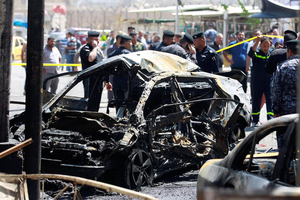 Polisi mjini Baghdad wakikagua moja ya gari lililotumiwa kujitoa muhanga na wanajihadi wa kiislamu wa ISIL hivi karibuni
