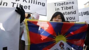 Đàn áp của Trung Quốc gây bất bình dư luận ở ngoài : Người Hàn Quốc  biểu tình trước Sứ quán Trung Quốc tại Seoul, đòi chấm dứt các vụ giét người Tây Tạng, ngày 01/02/2012