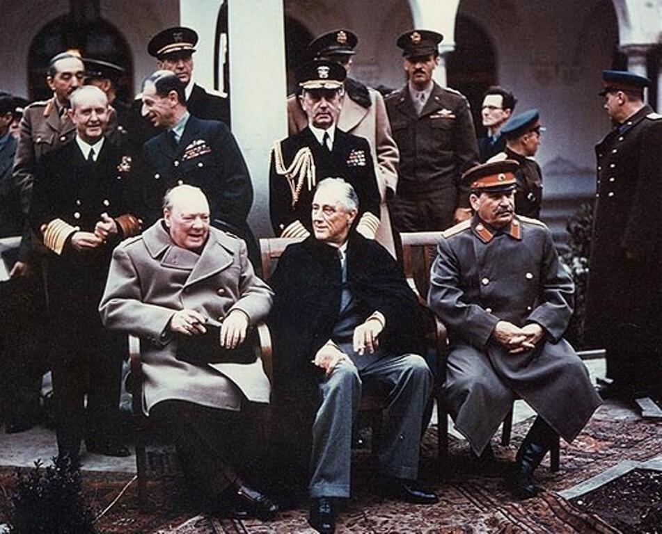 ពីឆ្វេងទៅស្តាំ៖ Winston Churchill នាយករដ្ឋមន្រ្តីអង់គ្លេស Franklin Roosevelt ប្រធានាធិបតីអាមេរិក និងស្តាលីន លេខាបក្សកុម្មុយនិស្តសូវៀត ក្នុងសន្និសីទក្រុងយ៉ាល់តា ឆ្នាំ១៩៤៥