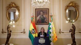 """""""جینین آنِز""""۵۲ ساله یک سناتور راست گراست و تا اوایل نوامبر ۲۰۱۹، نایب رئیس دوم مجلس سنای بولیوی بود. پس از استعفای ، """"اِوو مورالس""""، """"جینین آنِز در ۱۱ نوامبر تصدی ریاست مجلس سنای بولیوی را برعهده گرفت و سپس روز سه شنبه، ۱۲ نوامبر، رئیس جمهور موقت بولیوی شد"""