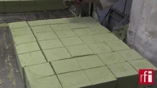 Dans une fabrique de savon d'Alep, en région parisienne.