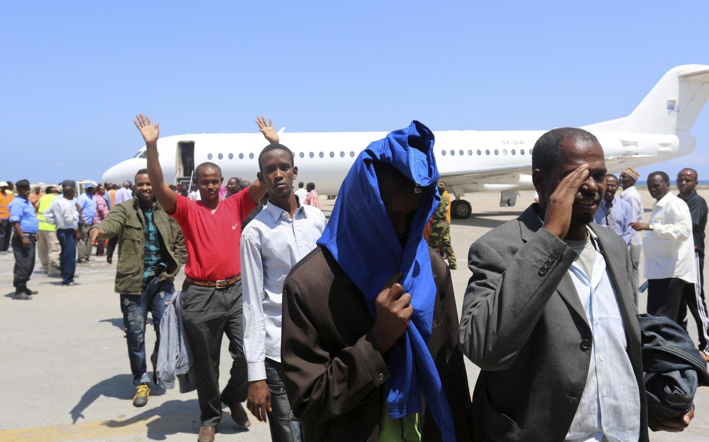 Raia wa Somalia waliyofukuzwa nchini Kenya wakiwasili kwenye uwanja wa ndege wa Mogadiscio, aprili 9 mwaka 2014.