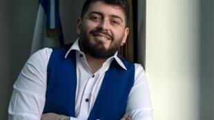 Le fils italien de Diego Maradona, Diego Armando Maradona Sinagra, plus connu sous le nom de Diego Maradona Junior, pose après avoir reçu la nationalité argentine, le 25 avril 2021 au consulat d'Argentine à Rome