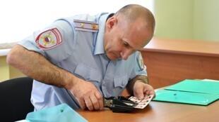 29 апреля в Новошахтинске (Ростовская область) открылся первый центр выдачи паспортов РФ жителям так называемой «ЛНР». На фото: сотрудник центра