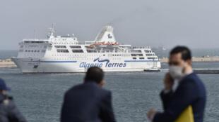 Un bateau ferry
