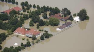 Vista aérea mostra cheia do rio Danúbio em Niederalteich, na Alemanha.