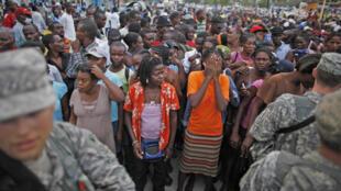 A Port-au-Prince, on attend aussi bien pour la distribution d'aliments que pour des visas de sortie du territoire.  le 1er février 2009