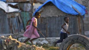 Les migrants haïtiens payent des passeurs pour faire le voyage clandestinement jusqu'au Brésil, en passant par le Panama, le Pérou et la Bolivie.