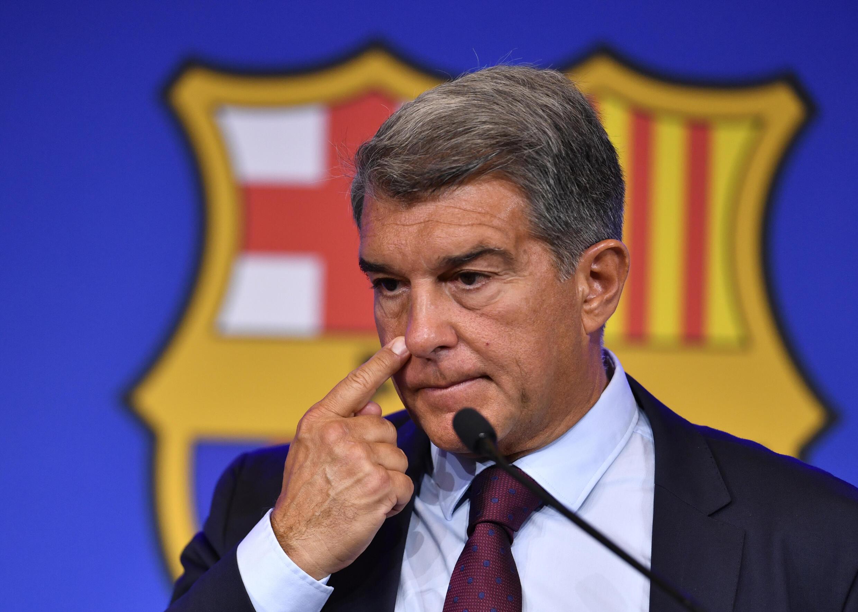 Joan Laporta, presidente del FC Barcelona, con gesto serio durante la rueda de prensa que dio para explicar la marcha de Lionel Messi, el 6 de agosto de 2021 en el estadio Camp Nou