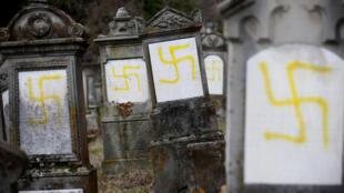 Le 19 février 2019, environ 80 tombes du cimetière juif de la ville alsacienne de Quatzenheim, au nord-ouest de Strasbourg (Est), sont découvertes profanées.