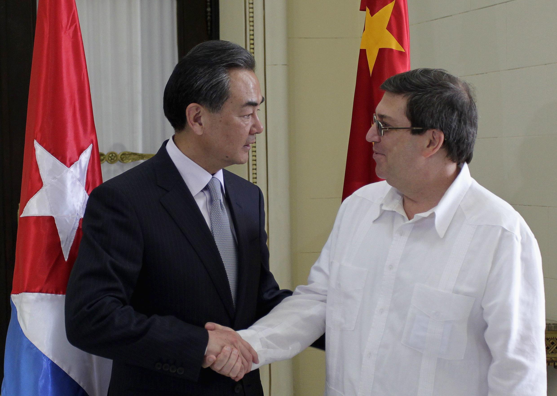 El ministro cubano de Relaciones Exteriores,  Bruno  Rodríguez, recibe a su homólogo chino, Wang Yi, en La Habana el 20 de abril de 2014.