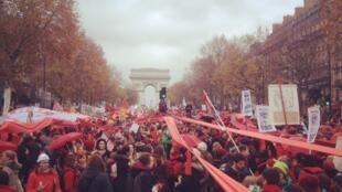 Ảnh minh họa : Một cuộc tuần hành tại Paris kêu gọi hành động vì công lý khí hậu, ngày 12/12/2015, ngày cuối cùng của thượng đỉnh COP15, kết thúc với việc cộng đồng quốc tế đạt thỏa thuận về Hiệp định Khí hậu.