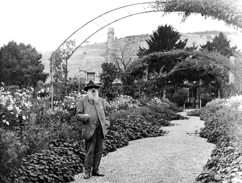 «Mon chef d'œuvre, ce ne sont pas mes tableaux, c'est mon jardin», disait Claude Monet. Ici, le peintre face à sa maison de Giverny.