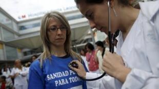 Protesto nas ruas de Madri contra cortes do governo na saúde pública, 7 de maio de 2013.