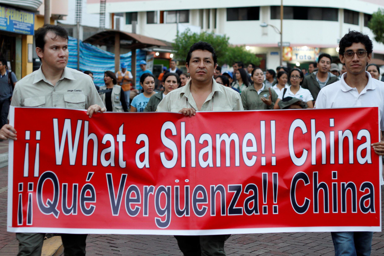 """厄瓜多爾民眾譴責中國漁船行為 標語""""真羞恥,中國"""""""