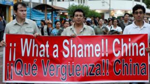 Người dân ở Puerto Ayora, Santa Cruz (Ecuador) phản đối tàu Trung Quốc đánh cá bất hợp pháp tại đảo Galapagos. Ảnh chụp ngày 25/08/2017.