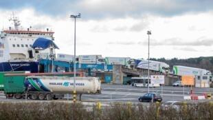 Camiones llegan desde Escocia y desembarcan en el puerto de Larne en el condado de Antrim, en Irlanda del Norte, el 1 de enero de 2021