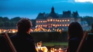 Jantar a luz de velas no Castelo de Vaux le Vicomte.