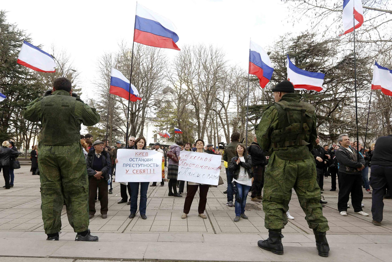 Pró-russos manifestam em Simferopol, 6 de março de 2014.