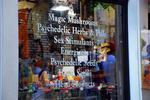 """Vidriera de un 'coffee shop' holandés: """"Hongos mágicos, hierbas y píldoras psicodélicas, estimulantes ..."""""""