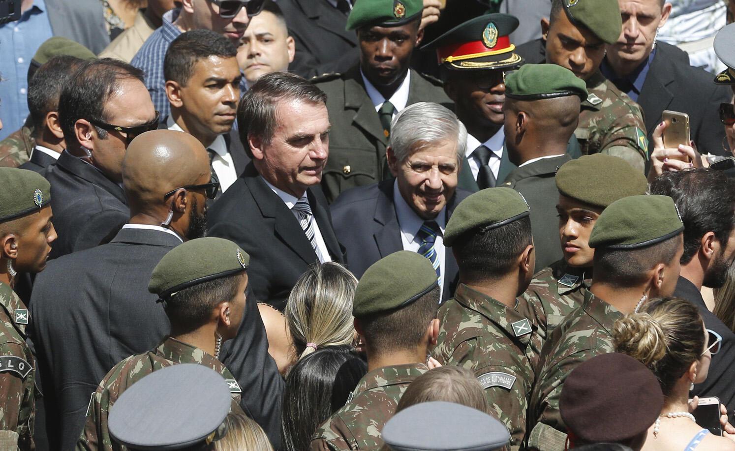 O presidente Jair Bolsonaro participa da formatura e diplomação de militares na Escola de Aperfeiçoamento de Oficiais, na Vila Militar em Deodoro, no Rio de Janeiro.