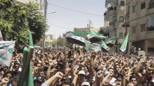 População protesta na periferia de Damasco após o ataque suicida dessa quarta-feira na capital síria.