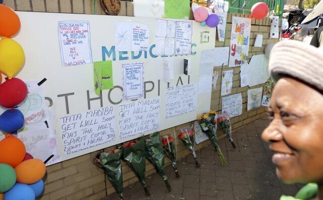 Diante do Mediclinic Heart Hospital, em Pretória, várias pessoas se aproximavam para depositar mensagens, balões e flores.
