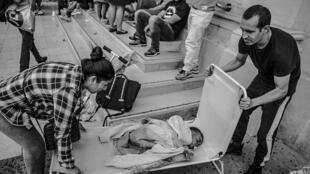 Unas 150 personas mayoritariamente latinoamericanas - incluidas familias con niños-  fueron expulsadas por la policía de una fábrica que ocupaban en las afueras de París, el martes 30 de julio..