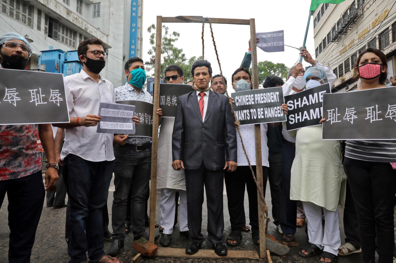 """6月19日,加爾各答,印度民眾抗議中國軍人打死印度士兵,一名穿着中國國家主席習近平的男子站在臨時絞刑架上等待""""絞刑""""。"""
