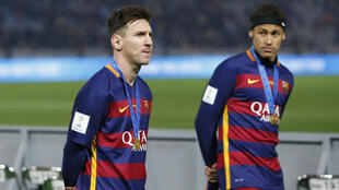 Lionel Messi (g), vainqueur, avec Neymar, du Mondial des clubs, le 20 décembre 2015, part favori pour le Ballon d'Or 2015 devant son coéquipier.