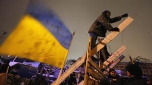 Manifestantes iniciam a quarta semana de protestos em Kiev, Ucrânia, pedindo a saída do governo e a realização de eleições antecipadas.