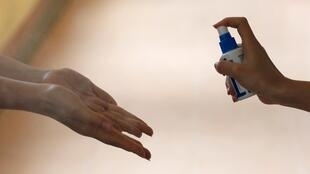 Lavarse las manos, un imperativo para tratar de mantener lejos al coronavirus.