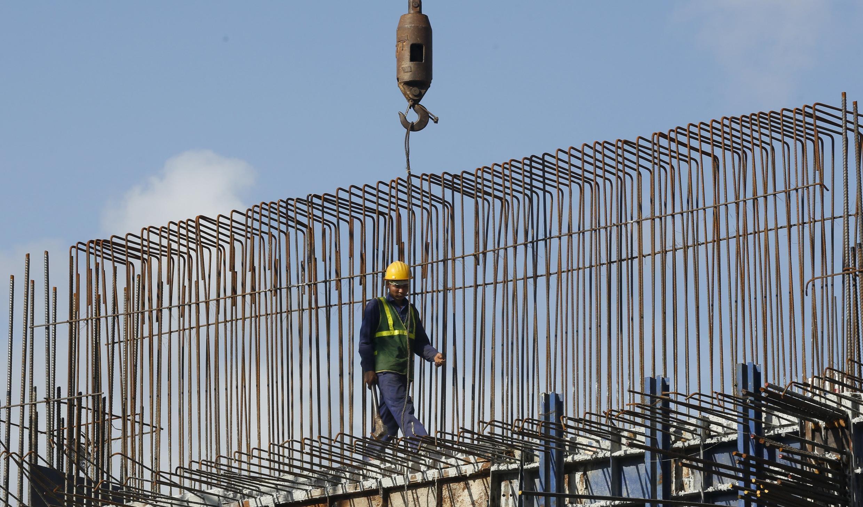Công nhân làm việc tại một công trường xây dựng ở Hà Nội, ngày 12/11/2015.
